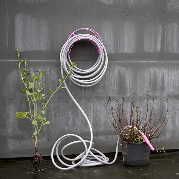 support mural pour tuyau d 39 arrosage jardinchic. Black Bedroom Furniture Sets. Home Design Ideas