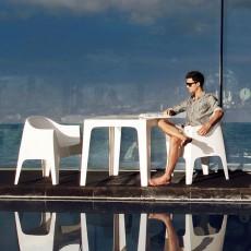 Table Solid Blanc avec Chaises avec accoudoirs Solid Blanc (vendues séparément) Vondom Jardinchic